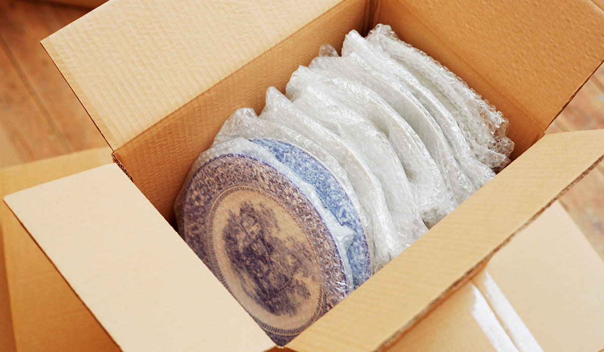 Как упаковать посылку с хрупкими изделиями?